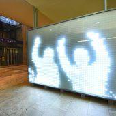 Eine Wand sorgt für Lichtblicke am Bahnhof Dornbirn