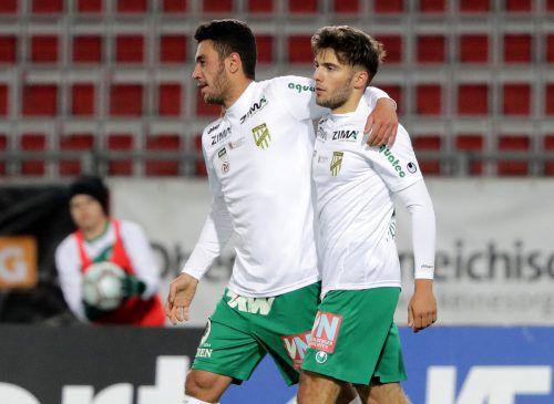 In Linz jubelten Kürsat Güclü (l.) und Petar Pavlovic gemeinsam. Gut möglich, dass das Duo auch heute im Heimspiel gegen Liefering zum Einsatz kommt.gepa