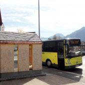 Auf den Bus warten im kleinen Wälderhaus