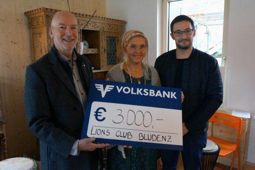 Kürzlich konnten Lions Club Bludenz Präsident Charly Worsch (l.) und Mathias Bertsch einen Scheck über 3000 Euro an Anja Dreier überreichen. Lions Club Bludenz