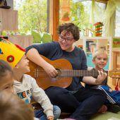 Zufriedene Kindergartenpädagogin
