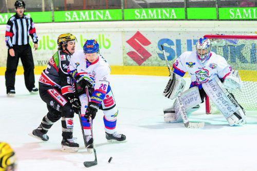 Martin Mairitsch (l.) beißt sich in den Zweikampf mit Kitzbühel-Verteidiger David Lidström hinein. Der Stürmer sicherte Feldkirch mit zwei Toren einen Zwei-Punkte-Erfolg. Stiplovsek