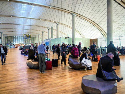 Mit ihren Leuchten ist die Lichtlösung von Zumtobel Teil der Architektur des neuen Terminals am Flughafen Oslo. Firma