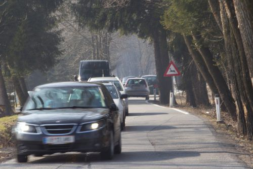 Starken Autoverkehr auf der Senderstraße im Ried gibt es schon jetzt. Tausende Autos fahren auf enger Fahrbahn. VN/Hartinger