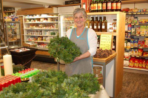 Yvonne Vallaster griff im Bärger Lädile die alte Tradition des Adventkranzbindens für einen guten Zweck auf. Str