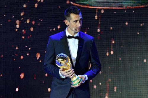 195 Tage vor dem Eröffnungsspiel am 14. Juni brachte WM-Rekordtorschütze Miroslav Klose den WM-Pokal auf die Bühne.afp