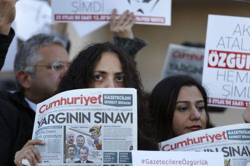 """Aktivisten mit """"Cumhuriyet""""-Zeitungen vor dem Gericht in Istanbul. AP"""