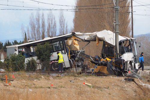 An einem beschrankten Bahnübergang fuhr ein Zug ungebremst in den Bus. AFP