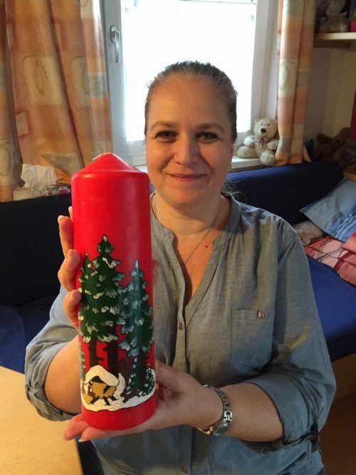 Angelika Kühne mit einer von ihr gestalteten Weihnachtskerze. Kuster