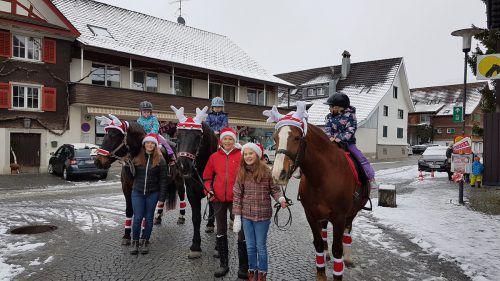 AufLenora, Silka und Atlanta durften die Kinder beim Weihnachtsspaziergang durchs Hatlerdorf reiten. lcf