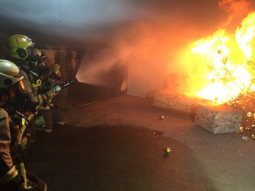 Die Feuerwehr musste mit schwerem Atemschutz in die Wohnung. symbolbild/gs
