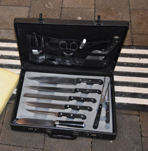 Das Gepäckstück des Hobbykochs war randvoll mit Messern.