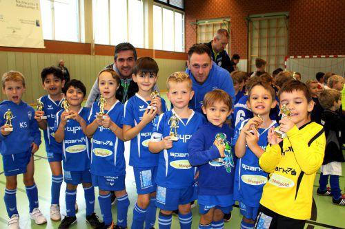 """Das junge U7-Team des SV typico Lochau mit den Trainern Predrag Zivanovic und Marcel Praml freute sich nach großartiger Leistung über den """"goldenen"""" Fußballspieler. bms"""