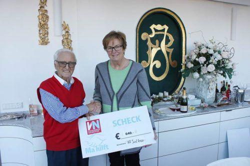 Der 93-jährige Josef Resch bei der Spendenübergabe an Marlies Müller (Ma hilft)VN
