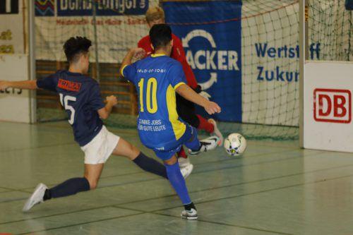 Der Emser U-18-Spieler Berki Özmen beim Torschuss.knobel