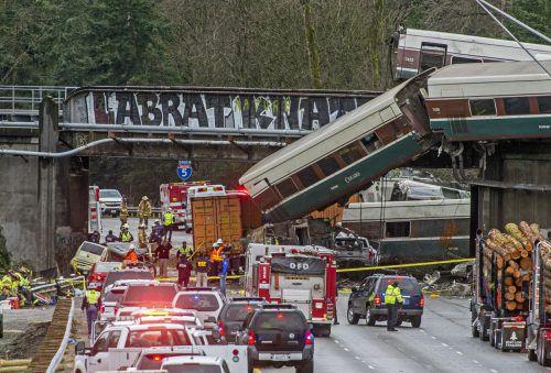 Der Zug entgleiste am Montag bei seiner Jungfernfahrt südlich von Seattle. ap