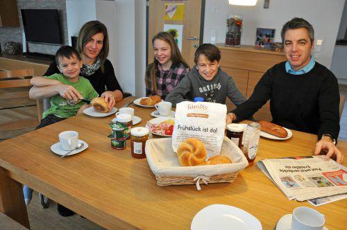 Die Familie Kirchberger aus Wolfurt bestellt ihr Frühstück beim Ländleexpress. Brot, Gebäck und Süßes kommt aus den Partnerbäckereien Mangold und Kloser. lcf