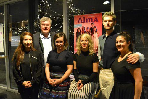 "Die fünfköpfige Formation ""Alma"" mit ihrem Fan Bürgermeister Mandi Katzenmayer. BI"