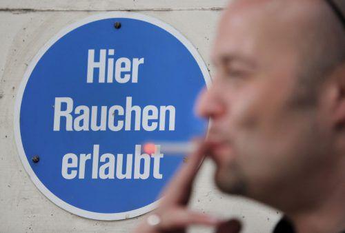 Die schwarz-blaue Regierung will das generelle Rauchverbot kippen. Eine vorgesehene Extrasteuer für Raucherlokale wird es aber doch nicht geben.APA