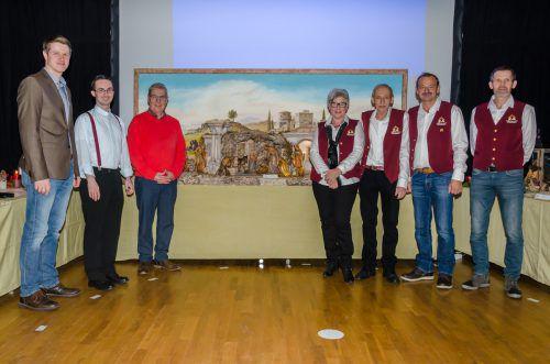 Die Verantwortlichen des Krippenbauvereins Innermontafon mit Pfarrer Lukas Bonner und Bürgermeister Josef Lechthalter (v.r.) Kuster
