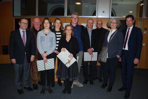 Die Vorstände der Dornbirner Sparkasse Werner Böhler (l.) und Harald Giesinger (r.) mit Preisträgern, Bgm. Andrea Kaufmann (4.v.l.) und Mitgliedern der Jury. erh