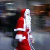 Wohltätige Santas unterwegs
