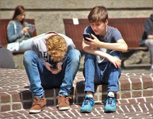 Die Zeit, die Kinder und Jugendliche am Handy verbringen, wird immer mehr. Hier gelte es dringend, gegenzusteuern.voki