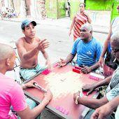 Männer spielenDomino