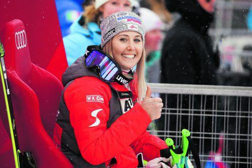 Erstes Rennen nach der Knieoperation, erster Sieg: Cornelia Hütter fühlt sich auf dem Siegerthron sichtlich wohl.gepa