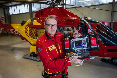 Flugrettungsarzt Stefan Lipski freut sich, ab sofort über einen Defi neuester Bauart verfügen zu können. vn/steurer