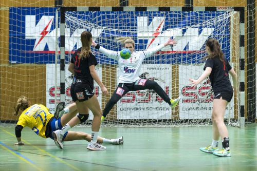 Hypo-NÖ-Teamspielerin Gorica Acimovic setzt sich gegen Fabienne Tomasini durch und bezwingt SSV-Schoren-Torfrau Jovana Zaric.Stiplovsek