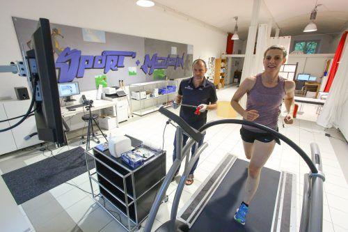 In seinem Diagnostikzentrum kann Günter Ernst seinen sportlich ambitionierten Kunden gründlich auf die Fitness fühlen. DE/hofmeister