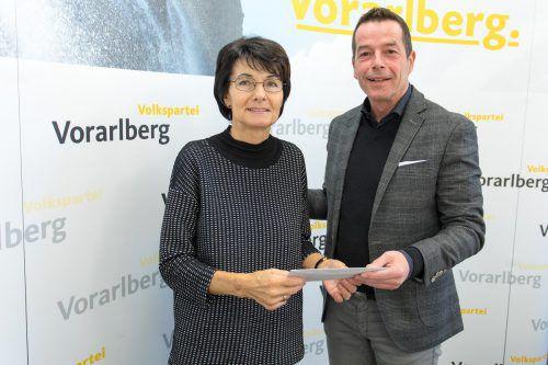 Inge Sulzer mit VP-Landesgeschäftsführer Dietmar Wetz, der ein schönes Christkind in Form einer großzügigen Spende überbrachte.daniel mauche