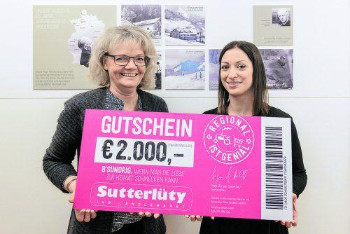 Katharina Rehm von Sutterlüty (r.) und Sylvia Steinhauser vom Vorarlberger Kinderdorf bei der Spendenübergabe. C. Kerber