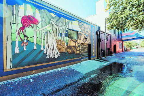 Kunstwerke zieren die Hausfassaden, um sie vor Schmierereien zu schützen.Loren Bedeli