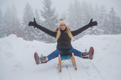 Lilia aus Dornbirn genießt derzeit auf der Rodel den Schnee auf dem Bödele.VN/Steurer