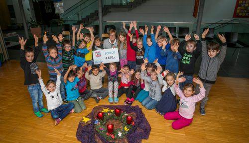 """""""Ma hilft""""-Patin Marlies Müller freute sich mit den Kindern über die Spende von 670 Euro. VN/Paulitsch"""