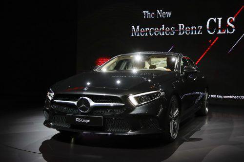 Mercedes-Benz Mercedes-Benz zeigt auf der Los Angeles Auto Show den CLS als Vorreiter einer neuen Designsprache. Die Qualität der Aerodynamik der Karosserie zeigt der Luftwiderstandsbeiwert von 0,26. Die dritte Generation des viertürigen Coupés bekommt neue Motoren. Auf den Markt kommt die Neuauflage im März 2018.