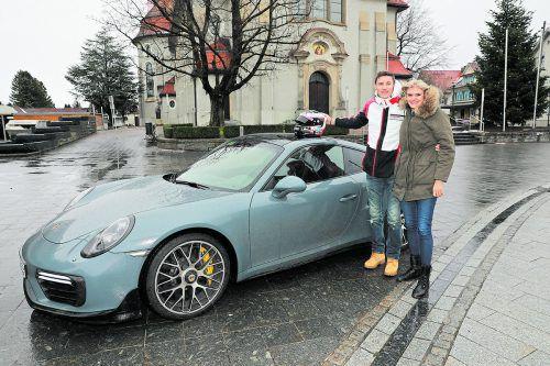 Rennfahrer Kévin Estre mit Gattin Carolin und seinem Porsche-Dienstauto auf dem Höchster Kirchplatz. noger