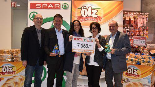 """Spar In Kooperation mit dem Meisterbäcker Ölz sammelte Spar Spenden für Kinder in Vorarlberg. Der Scheck im Wert von 7060 Euro wurde an """"Netz für Kinder"""" übergeben. Dieser Betrag hilft, dass Kinder ein Stück Normalität bekommen."""