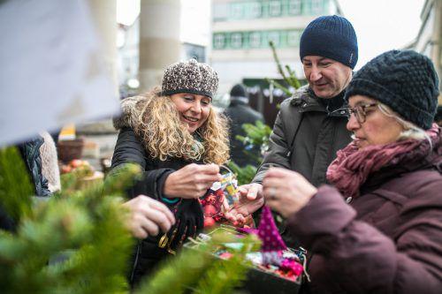 Sparkasse-Vorstandsdirektor Harald Giesinger (M.) hat schon eine gewisse Übung im Dekorieren von Weihnachtsbäumen. vn/sams