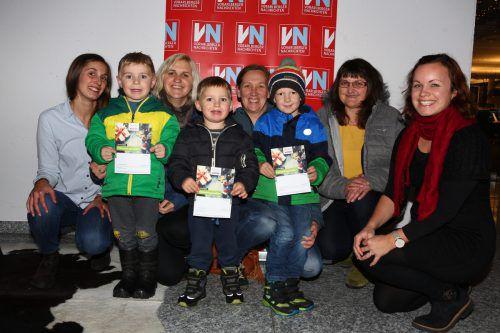 Tina Blaser von Ländleexpress (l.) und Mathilde Wild (VN-Marketing) überreichten die Gutscheine an die glücklichen Gewinnerinnen und deren Nachwuchs. vn/hartinger