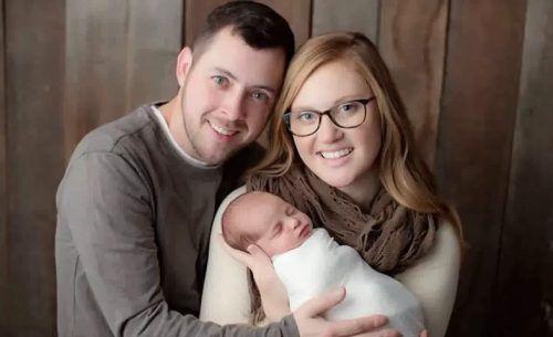 Tina und Benjamin Gibson mit ihrem Baby. Emma kam mit gut drei Kilogramm Gewicht und 50,8 Zentimetern Länge zur Welt. CNN/youtube