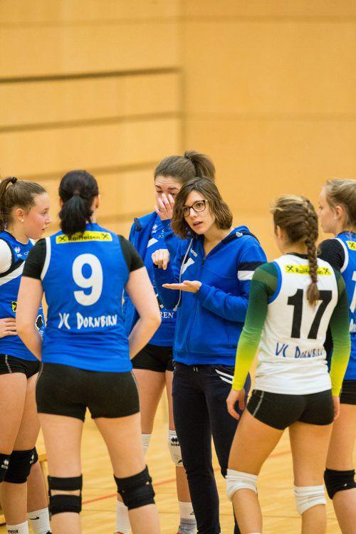 VCD-Trainerin Elena Burato (r.) im Gespräch mit Lara Hefel und Michaela Jäger. VN/Sams