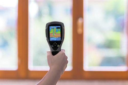 Wärmebildkameras machen thermische Schwachstellen eines Gebäudes sichtbar.
