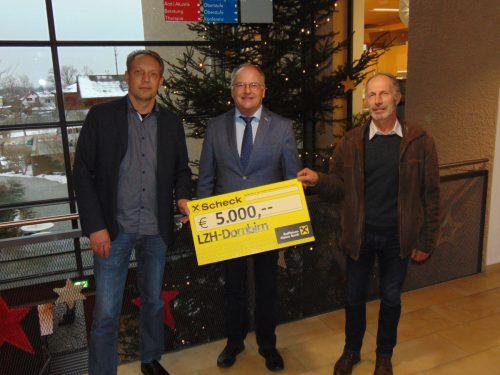 Winsauer Bau Bernd und Hans-Jörg Winsauer vom Dornbirner Unternehmen Winsauer Bau übergaben kurz vor Weihnachten Direktor Johannes Mathis vom Landeszentrum für Hörgeschädigte einen Scheck in Höhe von 5000 Euro.