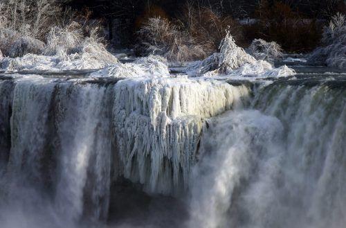 An den Niagarafällen wird die derzeit herrschende Eiseskälte optisch sichtbar. AP