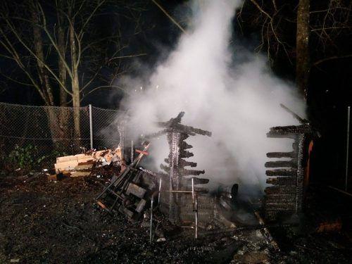 Beim Levner Weiher war aus unbekannter Ursache ein Feuer ausgebrochen, zwei Personen brachten sich in Sicherheit. Feuerwehr Feldkirch