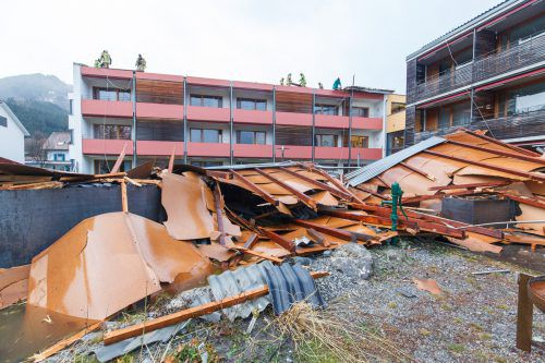Beim Sozialzentrum in Frastanz riss der Sturm 200 Quadratmeter des Daches vom Gebäude.Hofmeister (2), Mathis (1), rauch (1), VN-Archiv (3)