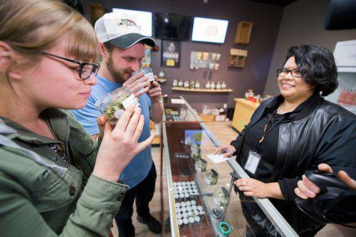 Bisher wurden in Kalifornien rund 100 Lizenzen zum Marihuana-Verkauf an Läden erteilt. Unter dem US-Bundesgesetz bleibt das Rauschmittel auch weiter verboten. APA